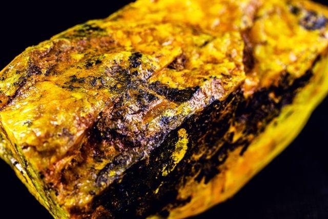 Inwestowanie w uran - żółta, radioaktywna bryła uranu
